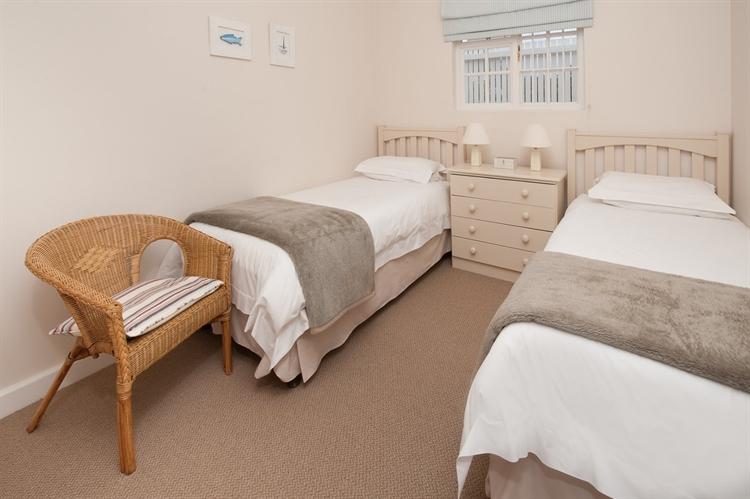 established guest house hermanus - 12
